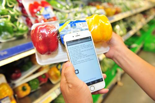 Người tiêu dùng sử dụng mã vạch để tra cứu nguồn gốc hàng hóa