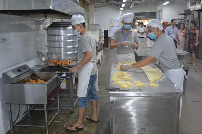 Kiểm tra công tác an toàn thực phẩm tại cửa hàng bánh Mesa, phố Huế, quận Hai Bà Trưng.