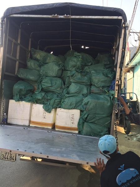 Hình 4: Hàng hóa thực phẩm không có nguồn gốc, xuất xứ chuyển lên xe xử lý